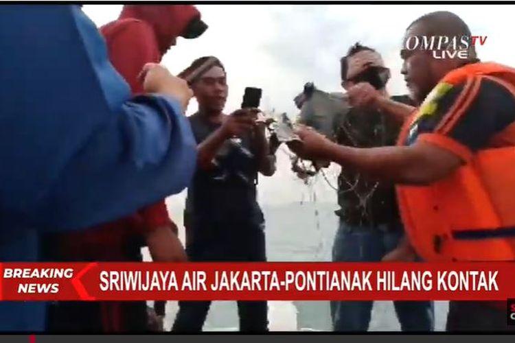 Ditemukan kabel-kabel mengambang di laut di lokasi yang diduga tempat jatuhnya pesawat Sriwijaya Air dengan nomor penerbangan SJ 182, di sekitar Pulau Laki, Kepulauan Seribu, Sabtu (9/1/2021).