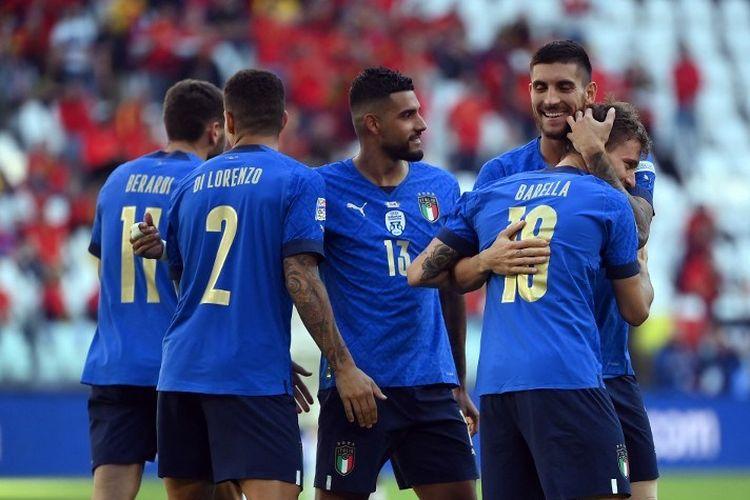 Para pemain Italia merayakan gol Nicolo Barella ke gawang Belgia pada laga UEFA Nations League di Juventus Stadium, Turin, pada 10 Oktober 2021.
