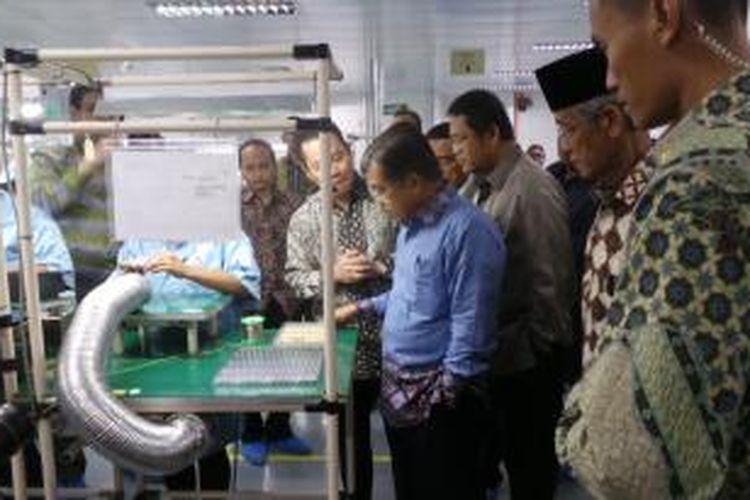 Wakil Presiden Jusuf Kalla (kemeja biru).