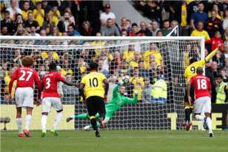 Troy Deeney mencetak gol Watford ke gawang Manchester United pada lanjutan Premier League di Stadion Vincarage Road, Minggu (18/9/2016).