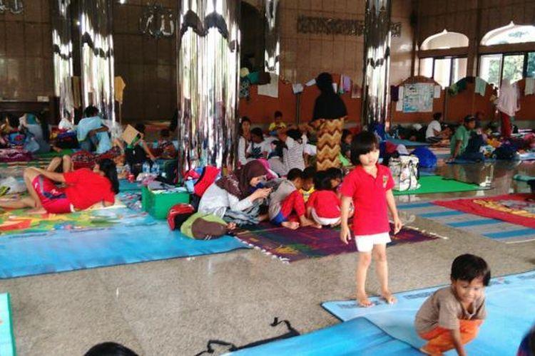 Ratusan warga Cipinang Melayu, Makasar, Jakarta Timur yang kebanjiran mengungsi di Masjid Universitas Borobudur. Senin (20/2/2017).