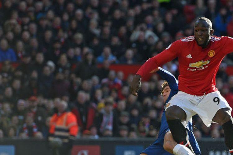 Aksi striker Manchester United, Romelu Lukaku, dalam pertandingan melawan Chelsea pada Minggu (25/2/2018). Di hadapan publik Old Trafford, Lukaku berhasil cetak satu gol pada menit ke-43.