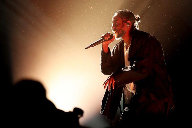 Kendrick Lamar tampil di panggung Grammy Awards 2018, yang digelar di Madison Square Garden, New York City, Minggu (28/1/2018) waktu setempat.