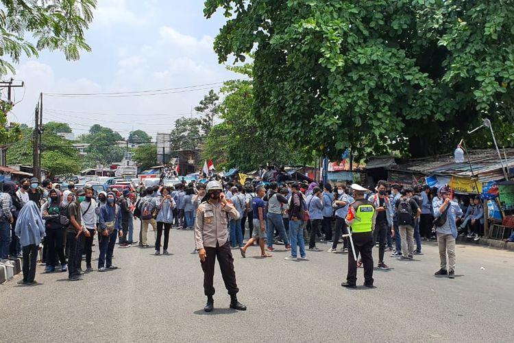 Rombongan mahasiswa Universitas Gunadarma Depok melakukan konvoi, untuk bergabung dalam gelombang protes UU Cipta Kerja ke Jakarta dari kampus mereka di Jalan Kompol M Jasin, Cimanggis, Kamis (8/10/2020).