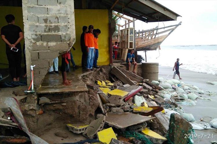 18 unit rumah warga yang berada di pesisir pantai, Kabupaten Abdiya rusak dihantam gelombang pasang.