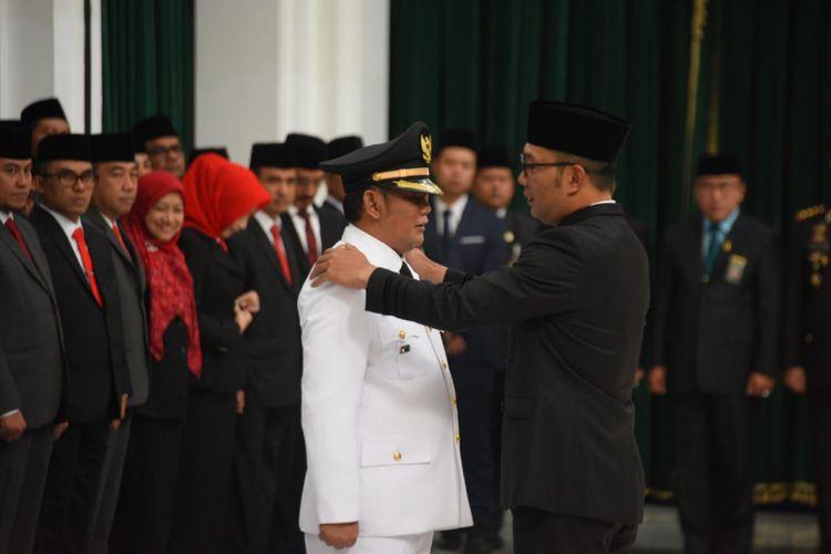 Gubernur Jawa Barat Ridwan Kamil saat melantik Eka Supria Atmaja sebagai Bupati Bekasi definitif menggantikan Neneng Hasanah Yasin di Gedung Sate, Jalan Diponegoro, Rabu (12/6/2019).