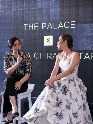 General Manager The Palace Jeweler Jelita Setifa (kiri) dan penyanyi BCL dalam acara talkshow yang diadakan The Palace di mal Sumarecon Bekasi (4/9).
