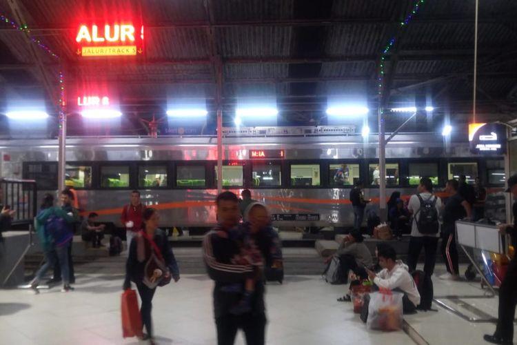 Para penumpang keluar dari kereta api di Stasiun Bandung, Rabu (29/5/2019).