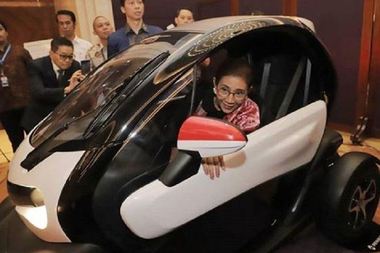Menteri Susi saat mencoba kendaraan listrik di French National Day
