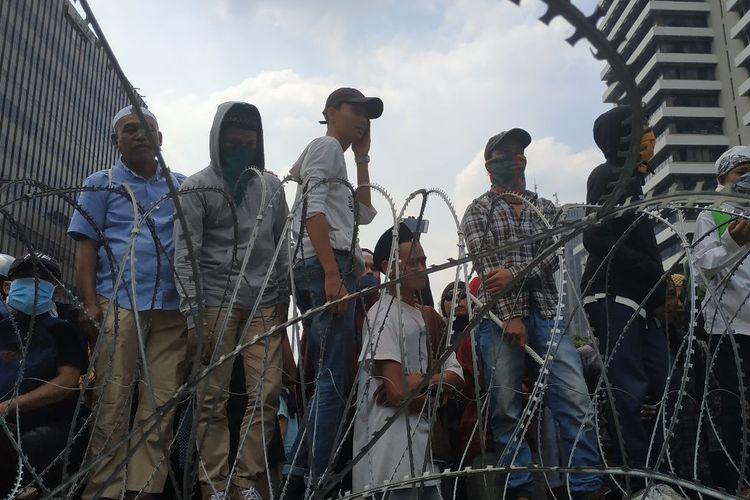 Kawat berduri menghalau aksi unjuk rasa massa yang mendemo Bawaslu di perempatan Sarinah, Jakarta Pusat Rabu (22/5/2019) siang.
