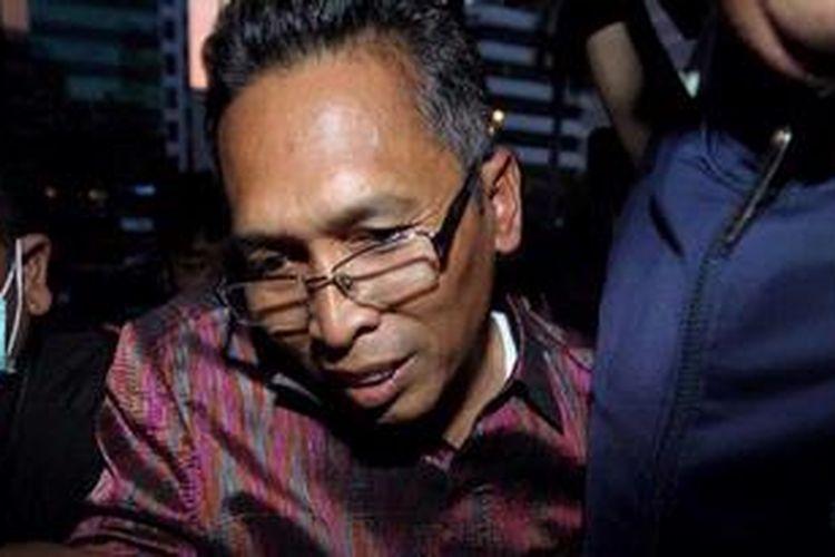 Wakil Ketua Pengadilan Negeri Bandung, Setyabudi Tejocahyono (tengah) tiba di Gedung Komisi Pemberantasan Korupsi, Jakarta, setelah tertangkap tangan menerima suap, Jumat (22/3/2013). Ia diduga menerima suap berkaitan dengan kepengurusan perkara korupsi dana bantuan sosial Pemerintah Kota Bandung. Setyabudi tertangkap tangan penyidik Komisi Pemberantasan Korupsi bersama seorang pihak swasta bernama Asep, Jumat (22/3/2013).