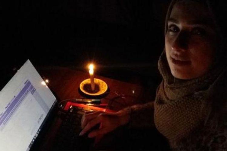 Mariam harus belajar dengan bantuan cahaya lilin dan mengisi baterai komputernya dengan genset yang tersedia di toko-toko di Aleppo.
