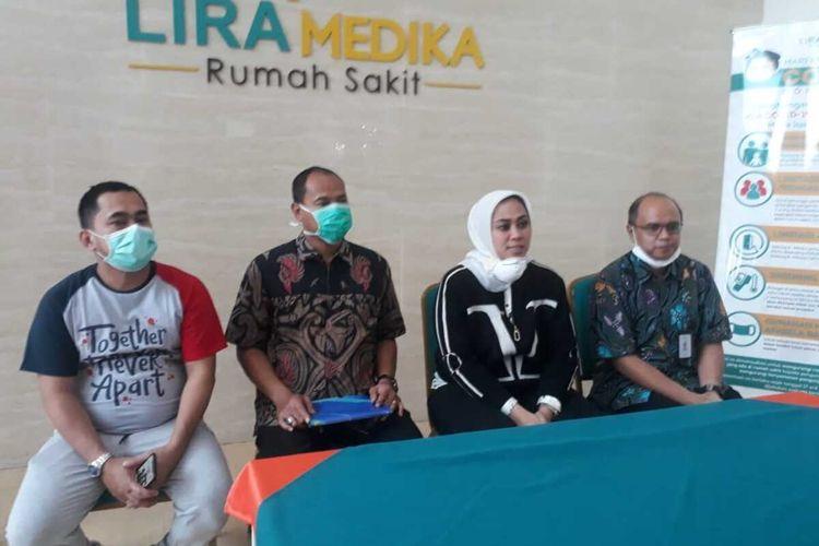 Bupati Karawang Cellica Nurrachadiana (dua dari kanan) menjelaskan dirinya dalam keadaan sehat saat konferensi pers di RS Lira Medika Karawang, Jumat (20/3/2020). Cellica  sempat terdiam saat memberikan sambutan pada pelantikan kepala desa dan turun dari podium lantaran tenggorokannya tak enak.