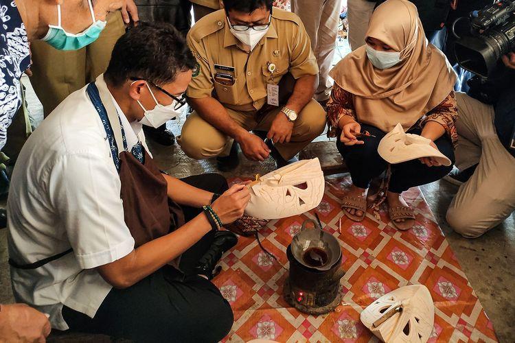 Sandiaga Uno saat membuat kerajinan batik kayu di Desa Wisata Krebet, Bantul.