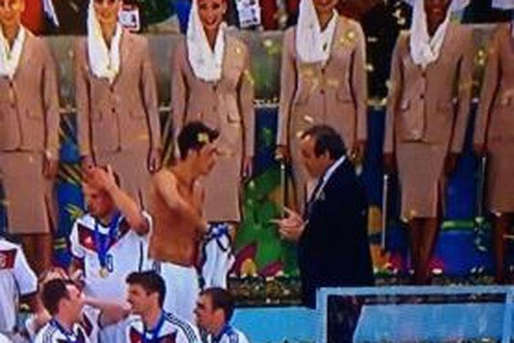 Presiden UEFA, Michel Platini, ternyata meminta seragam Mesut Oezil saat Jerman merayakan juara Piala Dunia 2014.