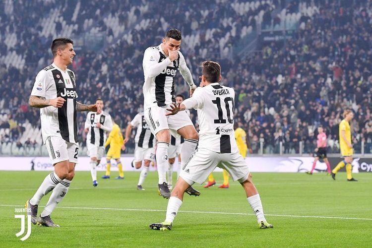 Cristiano Ronaldo dan Paulo Dybala melakukan selebrasi setelah kerja sama mereka membuahkan gol pada menit ke-6 pada laga Juventus vs Frosinone yang digelar di Stadion Juventus, Jumat (15/2/2019) atau Sabtu dini hari WIB.