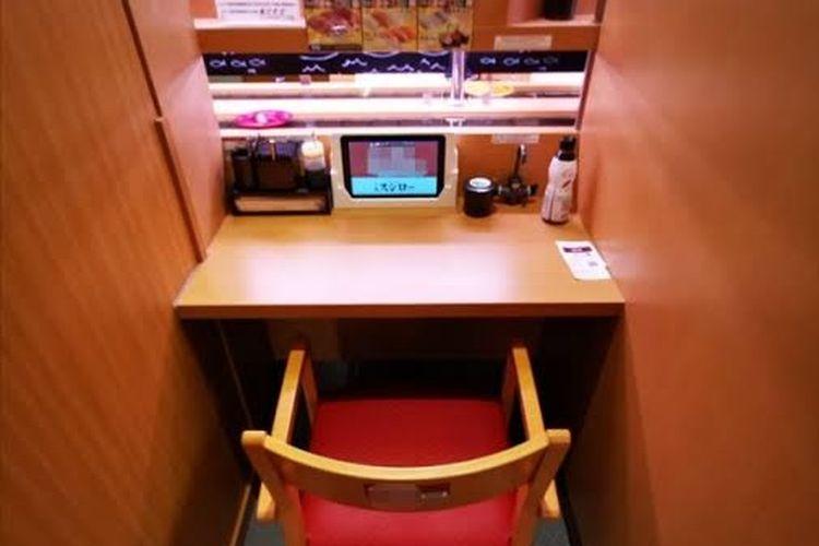 Tempat makan untuk satu orang di Sushiro Jepang.