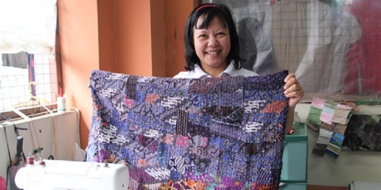 Ratna Meldia memperlihatkan karya jahitannya berupa kain perca sepanjang dua meter.