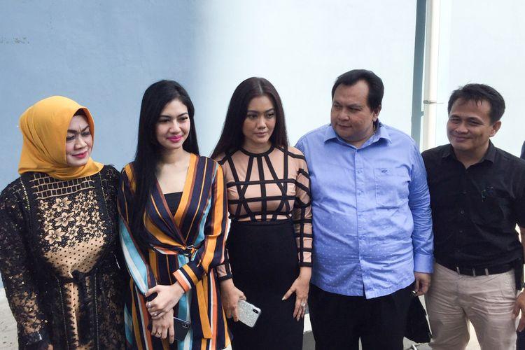 Della Perez bersama keluarga dan tim kuasa hukumnya saat ditemui di Gedung Trans TV, Tendean, Jakarta Selatan, Kamis (7/2/2019).