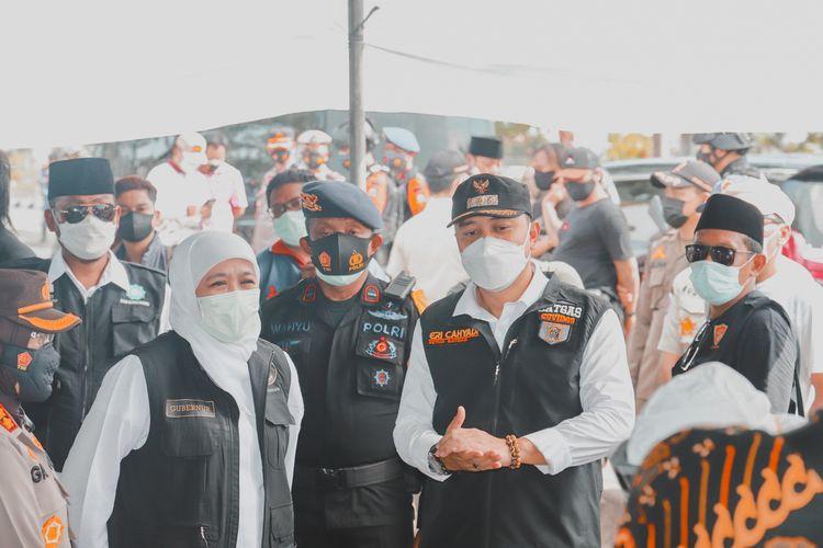 Wali Kota Surabaya Eri Cahyadi bersama Gubernur Jawa Timur Khofifah Indar Parawansa saat memantau kegiatan screening dan swab antigen bagi pengendara di pos penyekatan Jembatan Suramadu, Surabaya, Rabu (16/6/2021).