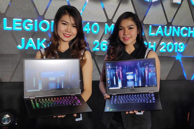 Model menunjukkan laptop gaming Lenovo Legion Y740 dalam acara peluncurannya di Jakarta, Selasa (26/3/2019).