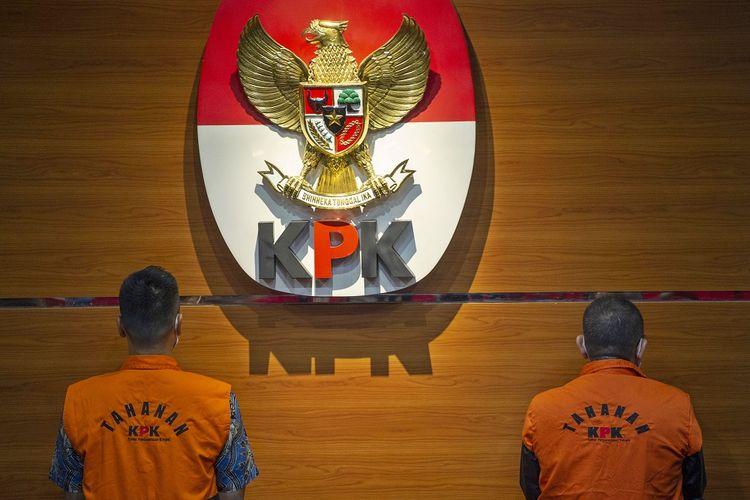 Tersangka kasus dugaan suap gratifikasi senilai Rp46 miliar, Nurhadi (kanan) dan Riesky Herbiyono (kiri) berdiri saat konferensi pers terkait penangkapan mereka di Gedung KPK, Jakarta, Selasa (2/6/2020). KPK menangkap Nurhadi yang merupakan mantan Sekretaris Mahkamah Agung (MA) dan menantunya, Riezky Herbiyono di Simprug, Jakarta Selatan pada Senin (1/6) malam setelah buron sejak hampir empat bulan lalu. ANTARA FOTO/Aditya Pradana Putra/hp.