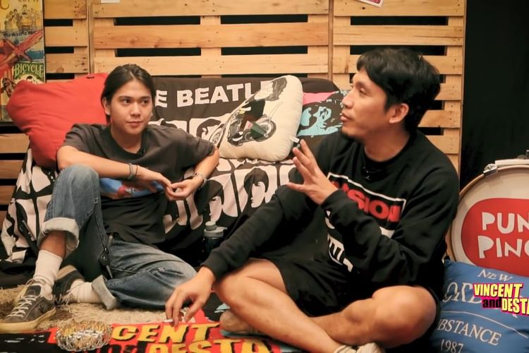 Iqbaal Ramadhan berbincang dengan Vincent dan Desta. (Bidikan layar YouTube VINDES).