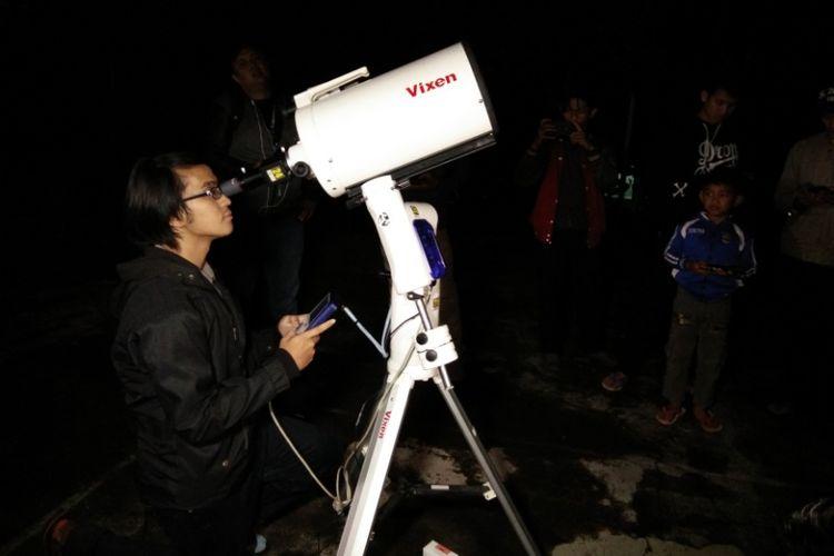 Salah seorang astronom dari Observatorium Bosscha saat memantau gerhana bulan total, Rabu (31/1/2018).