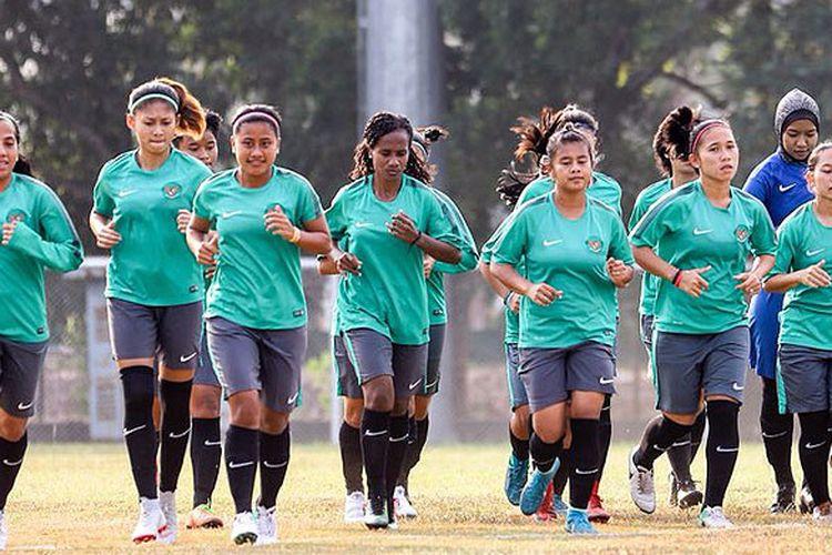 Timnas Sepak Bola Putri melakukan latihan di Lapangan Baseball Jakabaring Sport City pada Selasa (14/8) sore.