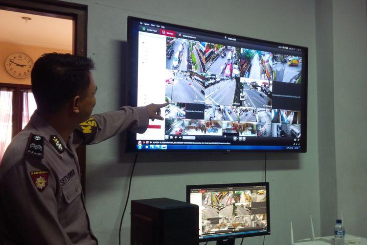 Anggota Polres Klaten menunjukkan ruang pengendali CCTV sistem tilang ETLE di Mapolres Klaten, Jawa Tengah, Senin (14/1/2019).