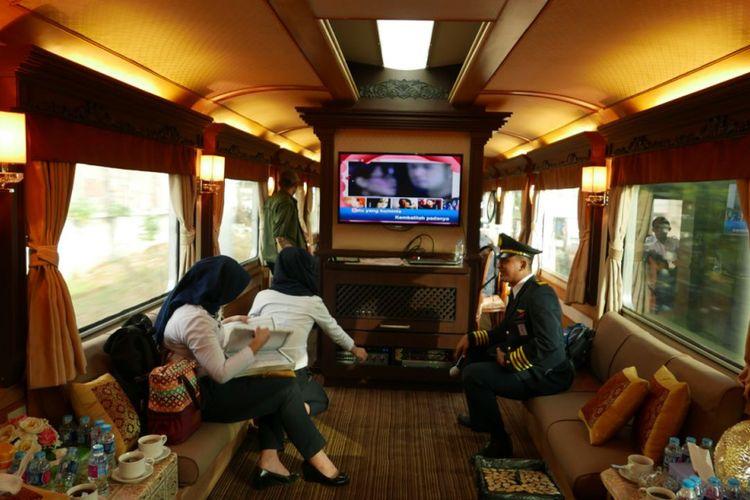 Bagian dalam KA Pariwisata gerbong Jawa.