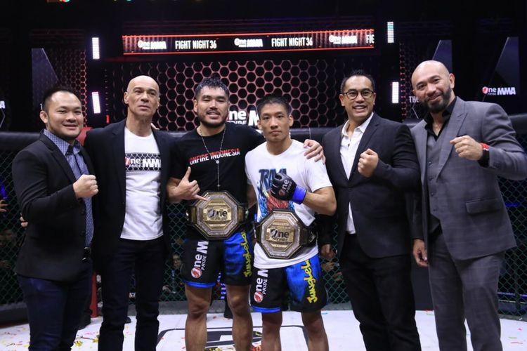 Dua juara baru One Pride MMA, Rama Supandhi (ketiga dari kanan) di kelas flyweight dan Angga (ketiga dari kiri) di kelas legihtweight.