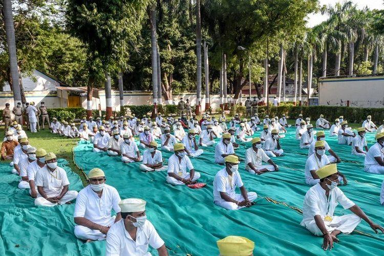 Narapidana yang mengenakan masker menghadiri peluncuran 'Radio Penjara' di Penjara Pusat Sabarmati di Ahmedabad India pada 2 Oktober 2020.