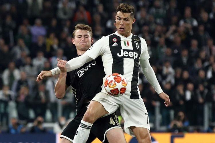 Cristiano Ronaldo mendapat pengawalan ketat dari Matthijs de Ligt pada pertandingan Juventus vs Ajax Amsterdam dalam perempat final Liga Champions di Stadion Allianz, 16 April 2019.