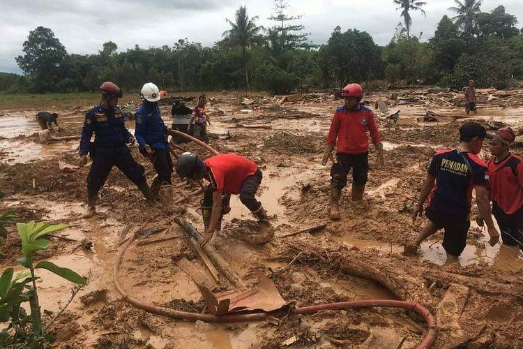 Proses pencarian 6 korban tertimbun longsor di Tanah Laut, Kalsel (17/1/2021).