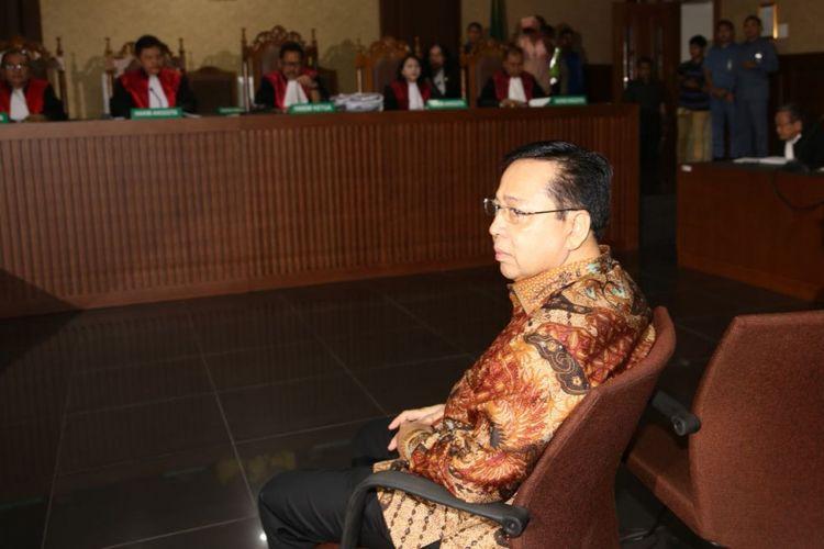 Mantan Ketua DPR RI, Setya Novanto saat menghadiri sidang vonis di Pengadilan Tindak Pidana Korupsi Jakarta, Selasa (24/4/2018).
