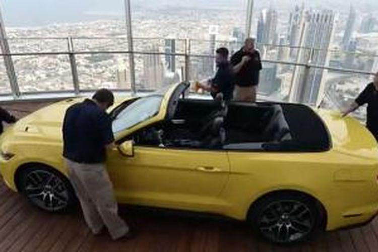 Ford Mustang GT Convertible di atas Burj Khalifa