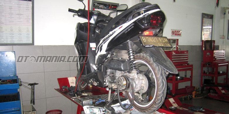 CVT skutik Yamaha yang sedang dibongkat untuk bisa mendapat perbaikan.