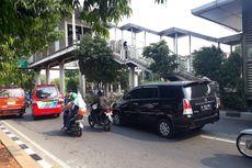 Angkot 'Ngetem' di Bawah JPO Halte Busway, Jalan I Gusti Ngurah Rai Kerap Macet