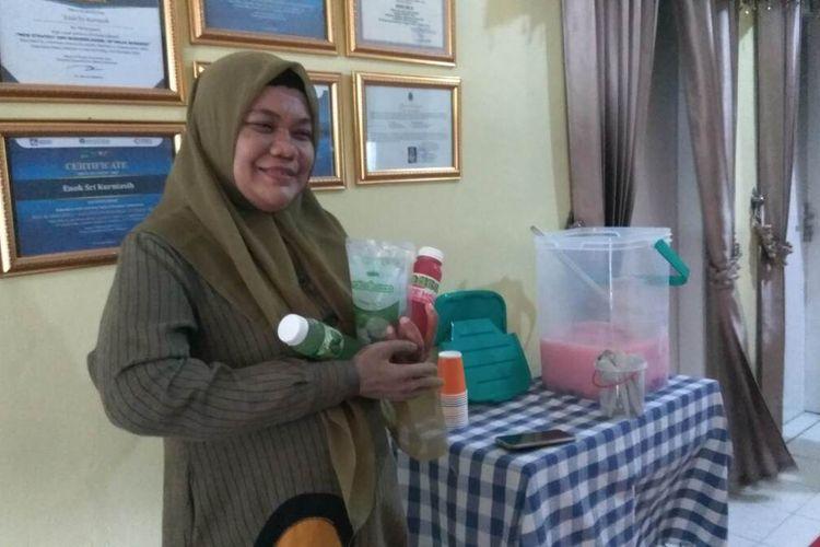 Enok Sri Kurniasih menunjukan produk minuman olahan nata de coco di kediamannya, di Kampung Citaman, Desa Cicapar, Kecamatan Banjarsari, Kabupaten Ciamis, Senin sore (9/11/2020).