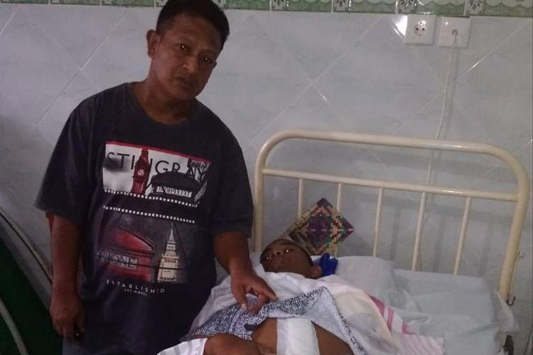 Suwito (44) bersama anaknya WJ (14) yang menjadi korban penganiayaan ketika mengikuti kegiatan orientasi di sekolah saat menjalani perawatan di rumah sakit. WJ menderita usus terlilit akibat mengalami kekerasan di sekolah.