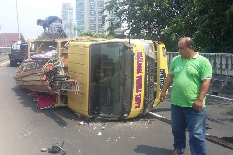 Truk terguling di jalan layang Antasari, Jakarta Selatan, Jumat (20/9/2019)