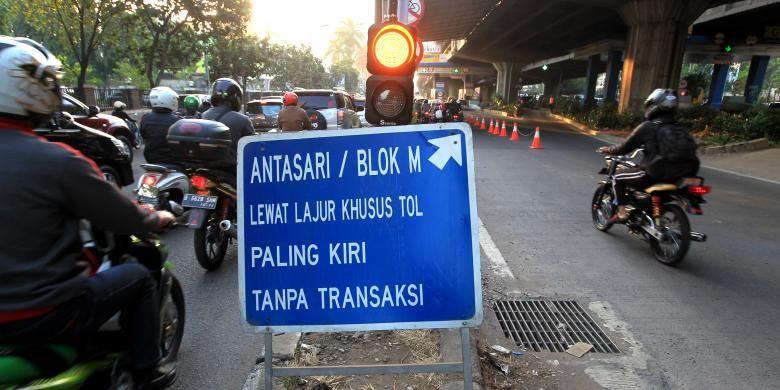 Sepeda motor melintasi tol Jakarta Outer Ring Road (JORR) tanpa transaksi atau gratis di kawasan Cilandak, Jakarta Selatan, Selasa (4/8/2015). Rekayasa lalu lintas mulai pukul 06.00 hingga 09.00 WIB ini dilakukan untuk mengurangi kemacetan di sekitar Cilandak Town Square selama proses pelebaran jalan. KOMPAS IMAGES/KRISTIANTO PURNOMO