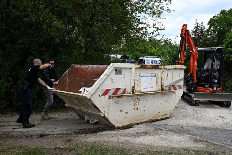 Polisi mengerahkan alat berat untuk menggali pekarangan rumah Christian B tersangka penculikan Madeleine McCann di Hanover, Jerman, pada Rabu (29/7/2020).