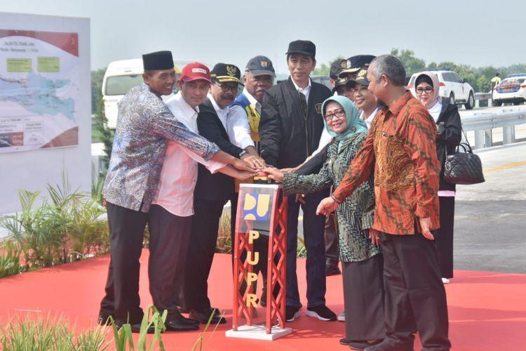 Presiden RI Joko Widodo meresmikan 4 ruas tol trans jawa, Kamis (20/12/2018). Peresmian dilaksanakan di kawasan gerbang tol Bandar Kedungmulyo Jombang,