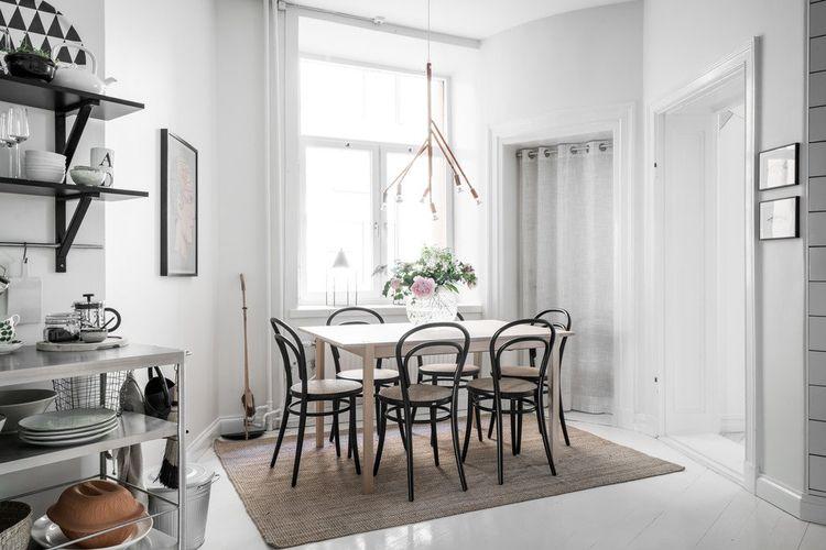 Ruang makan dengan gaya skandinavia.