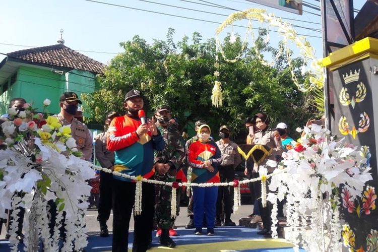 Wali Kota Madiun Maidi didampingi Wakil Wali Kota Inda Raya dan Kapolres Madiun Kota AKBP Raden Bobby Aria Prakasa meresmikan Kampung Semeru Tangguh di Bumi Indah Winongo, Kota Madiun.