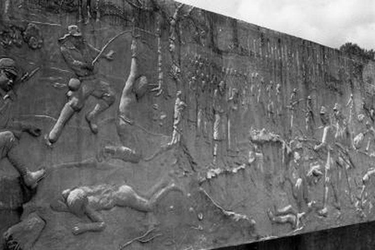 Momumen Mandor di jalan raya menuju Sanggau, 87 km timur Pontianak, Kalbar, menggambarkan keganasan Jepang terhadap rakyat Kalimantan sekitar tahun 1940-an.