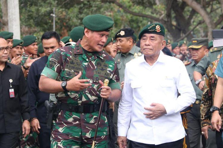Menteri Pertahanan (Menhan) RI Jenderal TNI (Purn) Ryamizard Ryacudu (memakai kemeja putih) sedang berdiskusi dengan Panglima Divisi Infanteri (Pangdivif) 2 Kostrad, Mayjen TNI Tri Yuniarto saat melakukan kunjungan kerja di Divisi Infanteri (Divif) 2 Kostrad, Singosari, Malang, Jawa Timur, Jumat (23/8/2019).