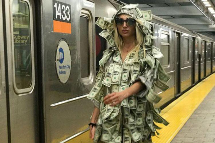 Vicky Xipolitakis dengan pakaian uangnya berkeliling New York